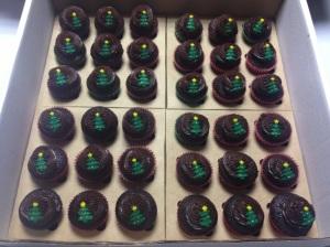 Mini Cupcakes de chocolate com enfeites natalinos. Uma gracinha.